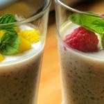 Tapiokový pudink s kokosovým mlékem mangem a malinami
