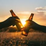 Voda, pivo, víno-nezbytné a oblíbené letní tekutiny. Kdy ano a kdy už škodí?